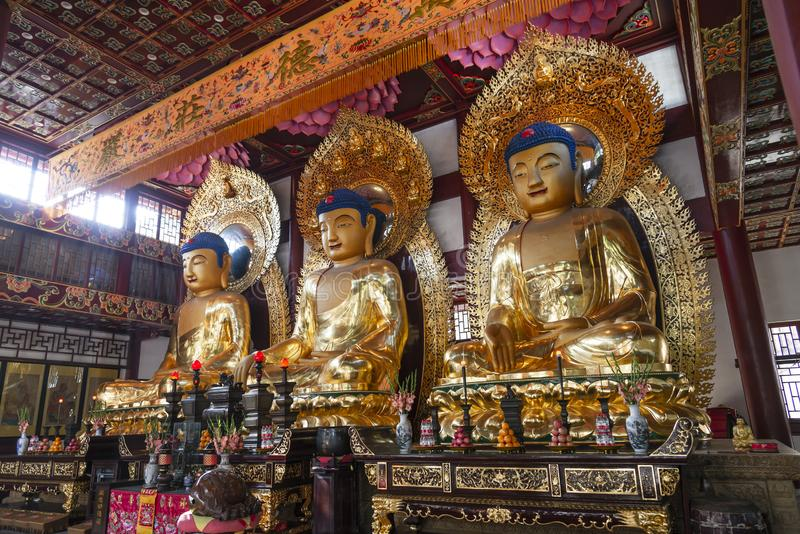 广州,中国- 2018年12月28日:古老中国艺术性的金黄buddhas雕象,在六榕寺( 免版税库存照片