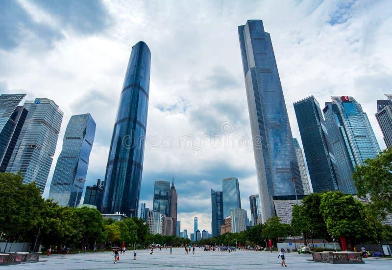 广州,中国- 2018年7月15日:广州贤村现代市中心视图现代摩天大楼和人走 免版税库存照片
