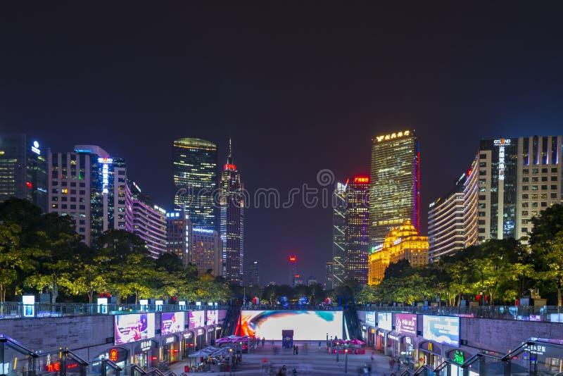 广州,中国- 12月 29日2018年:广州都市风景夜视图与摩天大楼和现代大厦的在珠江事务 免版税库存图片