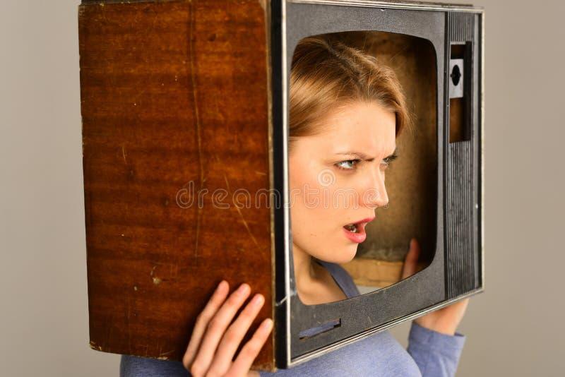 广播电台 从广播电台的恼怒的妇女 广播电台电视的妇女记者 广播电台概念 停止看电视 图库摄影