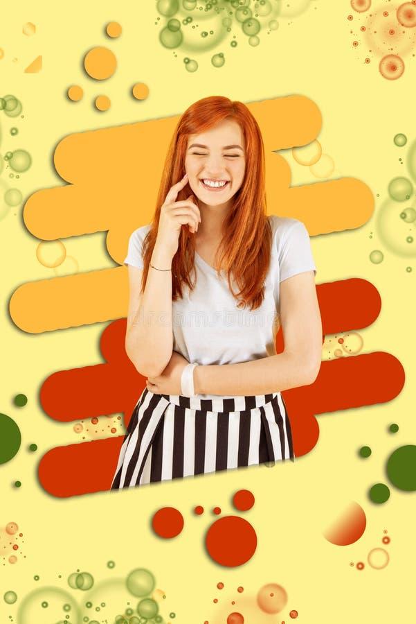 广泛地微笑快乐的正面的女孩,当感到极端愉快和难忘时 免版税库存照片