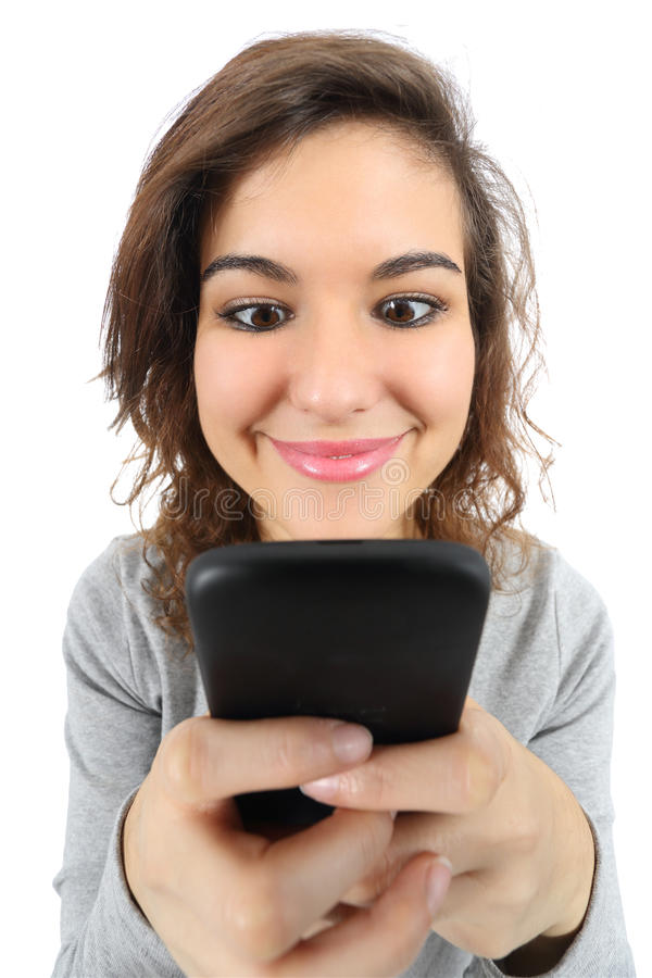 广角观点的一个俏丽的少年女孩满意对一个巧妙的电话 免版税库存图片