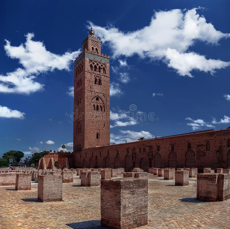 广角AL KOUTOUBIA greatmosque在有尖塔的马拉喀什摩洛哥,Morrocan伊斯兰教的建筑学 库存照片