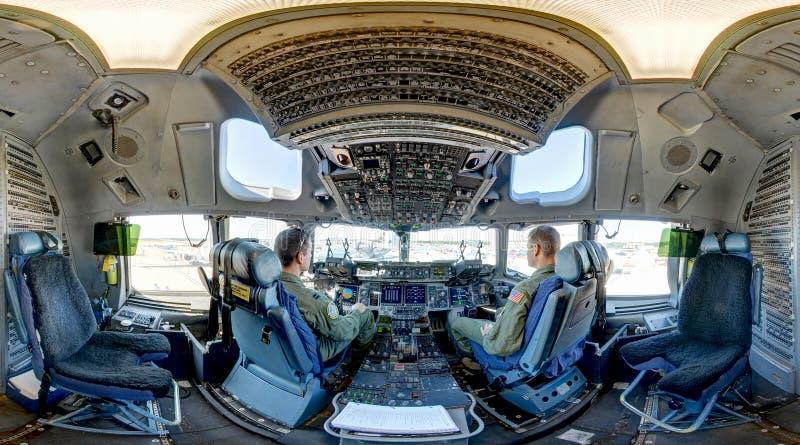 广角C-17 Globemaster III的驾驶舱 免版税库存照片