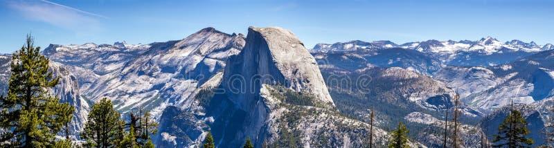 庄严半圆顶的全景和与雪和土坎的周围的自然保护区仍然盖的山峰 库存图片