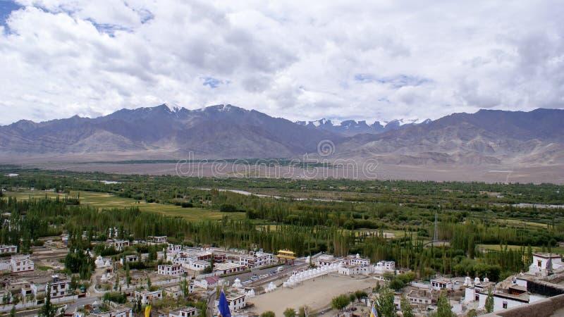 庄严喜马拉雅山的全景有绿叶的在山麓小丘 免版税图库摄影