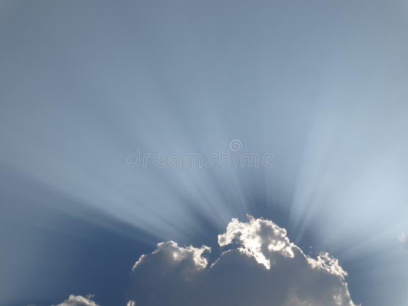 庄严太阳光芒通过云彩击穿 免版税库存图片