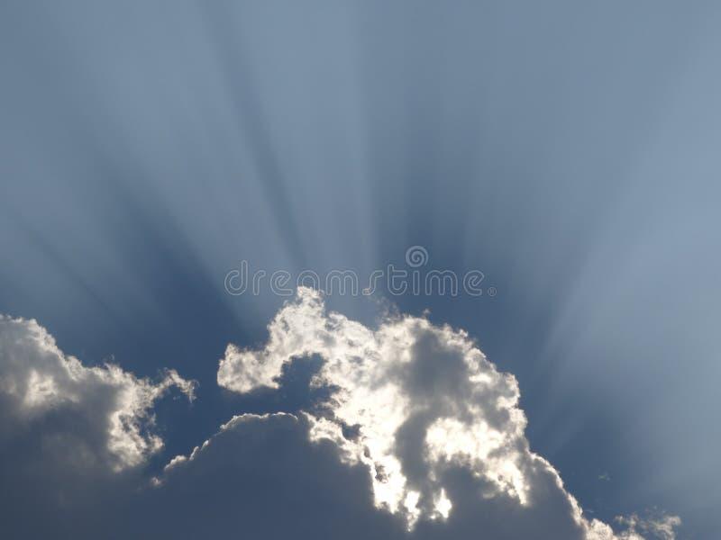 庄严太阳光芒通过云彩击穿 库存图片