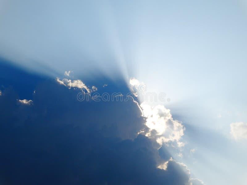庄严太阳光芒通过云彩击穿 免版税库存照片