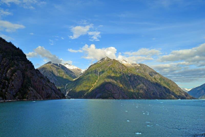 庄严山和美丽的水 库存图片