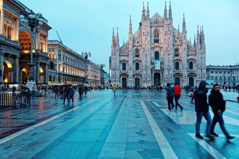 庄严米兰大教堂中央寺院二米兰& Piazza在晚上光,米兰,意大利的del Duomo 库存照片