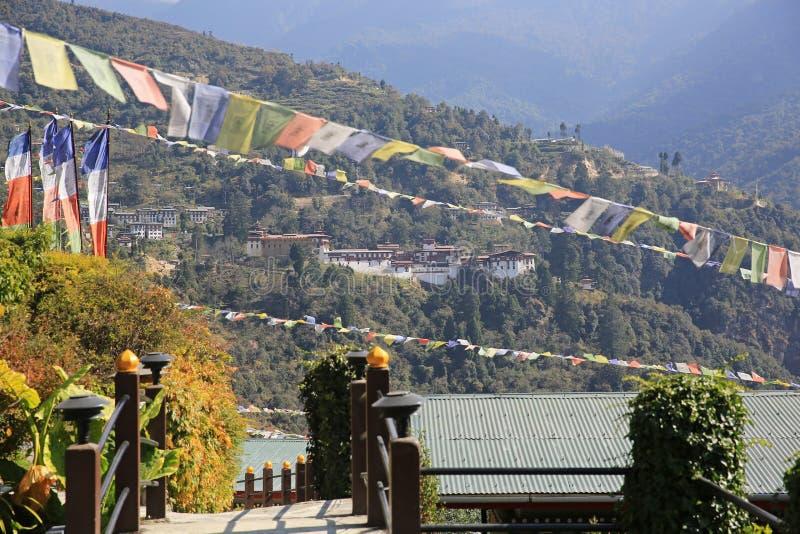 庄严通萨祷告旗子构筑的Dzong,不丹 免版税库存图片