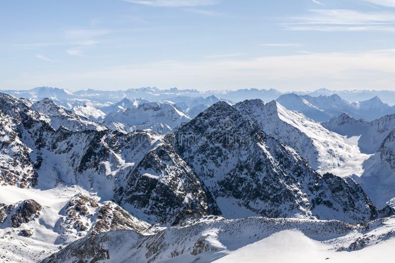 庄严阿尔卑斯山,多雪的山的美好的冬天视图,奥地利,Stubai 免版税库存图片