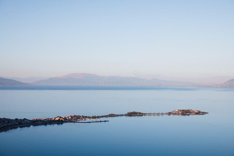 庄严风景鸟瞰图与镇静大海和山的在雾, 免版税库存图片