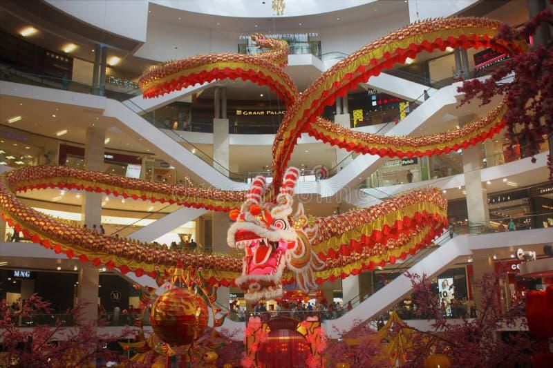 庄严600 ft长龙在柏威年广场马来西亚'追逐珍珠的龙美妙地显示' 库存图片