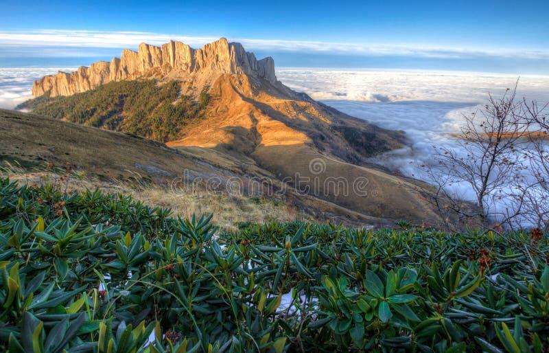 庄严Bolshoy Tkhach落矶山脉峰顶美好的风景秋天风景在日落的蓝天下在lo上白色寿衣  库存图片