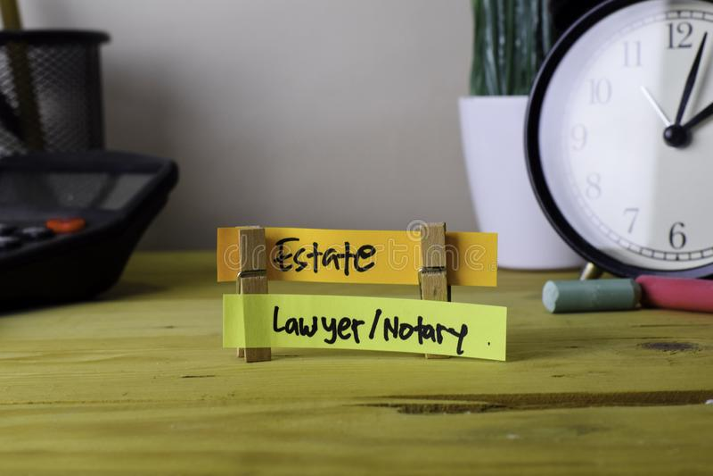 庄园和律师/公证员 在稠粘的笔记的手写在木办公桌上的服装扣子 免版税库存照片