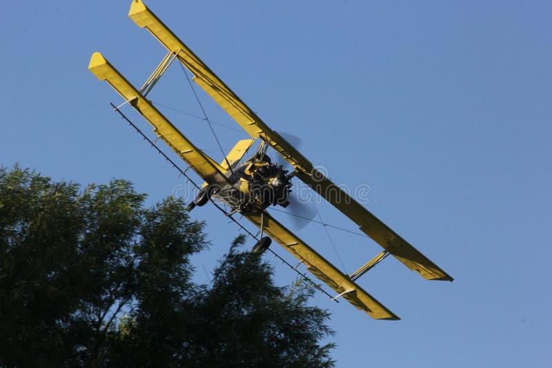 庄稼在衣阿华农田的喷粉器飞行 免版税库存照片