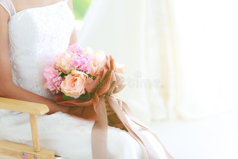庄稼身体,关闭拿着美丽的花束的新娘坐o 免版税库存图片