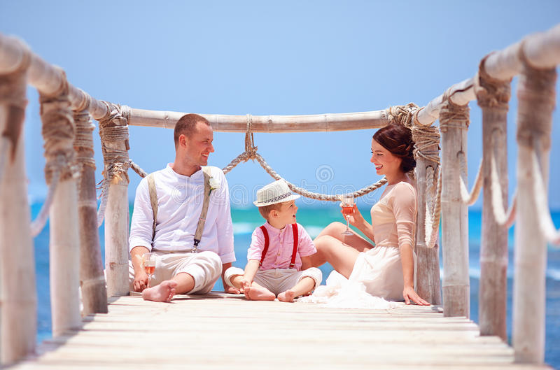 庆祝一起婚姻的愉快的家庭在热带海岛上 免版税库存照片
