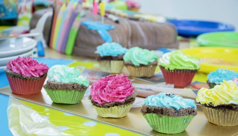 庆祝与五颜六色的奶油的杯形蛋糕 库存照片