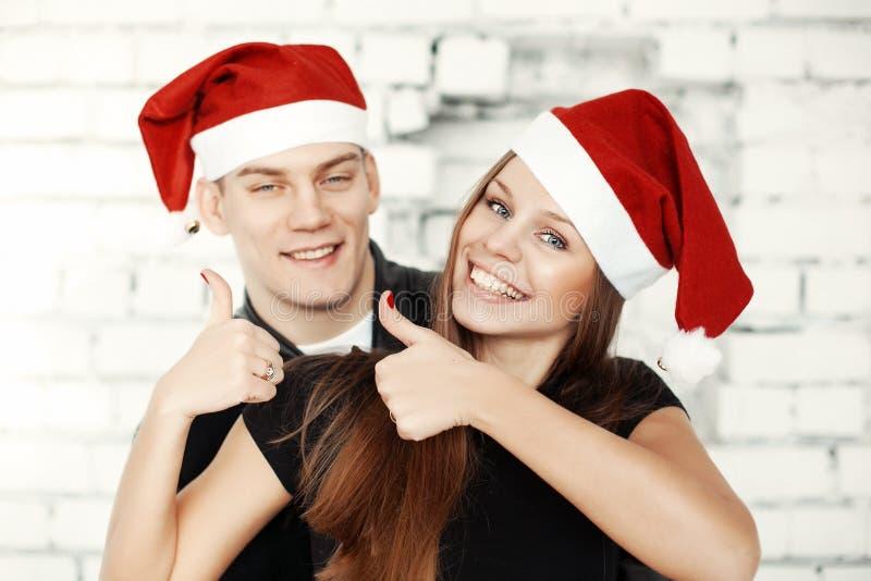 庆祝与当前礼物的可爱的夫妇圣诞前夕 库存照片