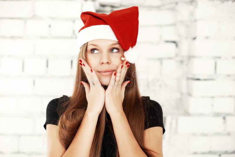 庆祝与当前礼物的少妇圣诞前夕 免版税库存照片