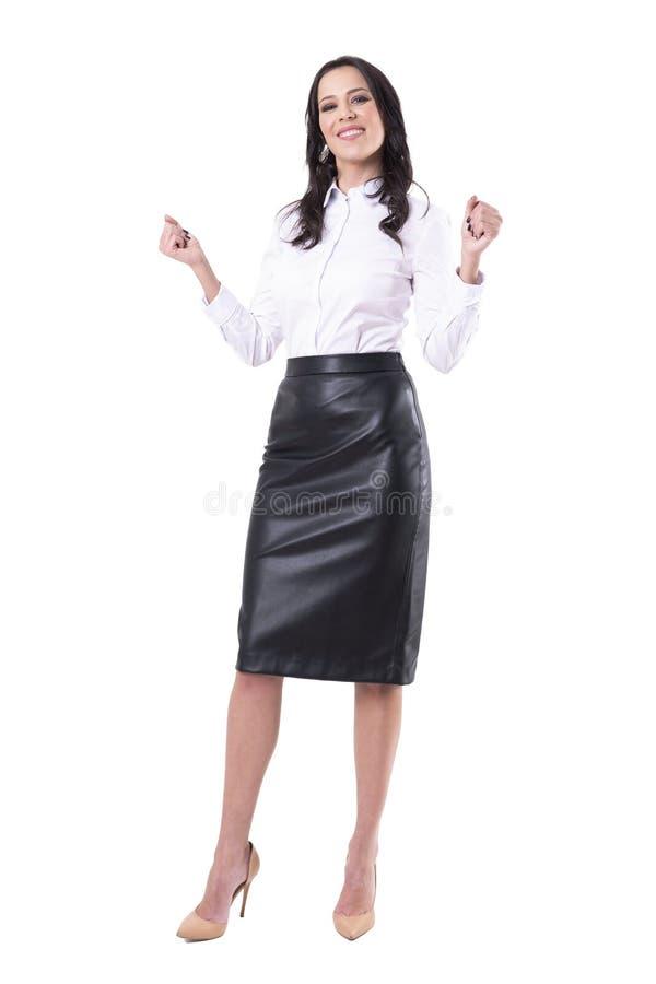 庆祝与紧握拳头的激动的愉快的典雅的俏丽的女商人成功 免版税库存图片