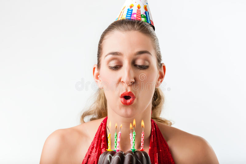 庆祝与蛋糕和蜡烛的妇女生日 库存图片