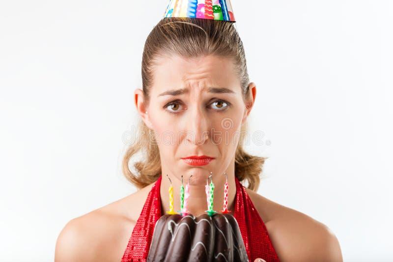 庆祝与蛋糕蜡烛的妇女生日清除 库存照片