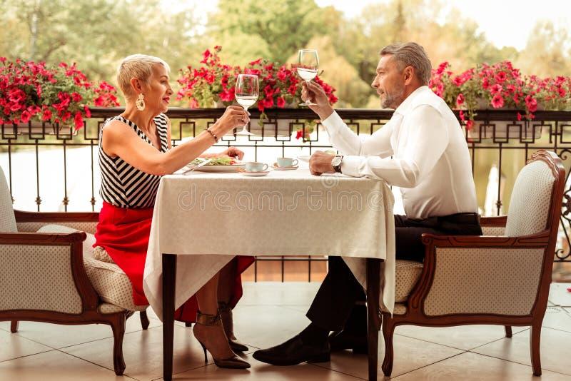 庆祝他们的周年的成熟丈夫和妻子夫妇  免版税库存图片