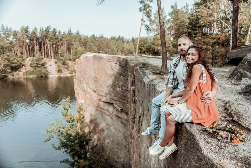 庆祝他们的周年的逗人喜爱的夫妇在安静和美好的地方在峡谷附近 库存照片