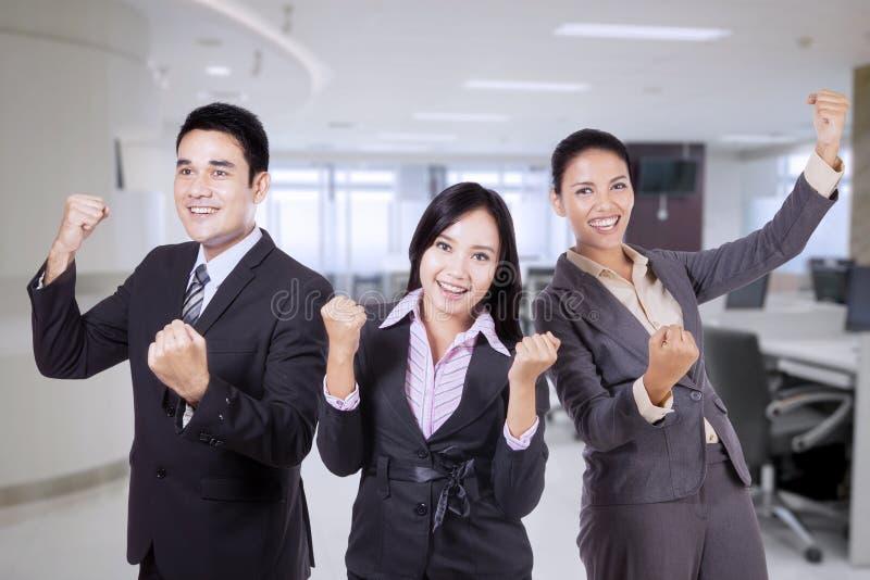庆祝他们的胜利的愉快的企业队 免版税库存照片