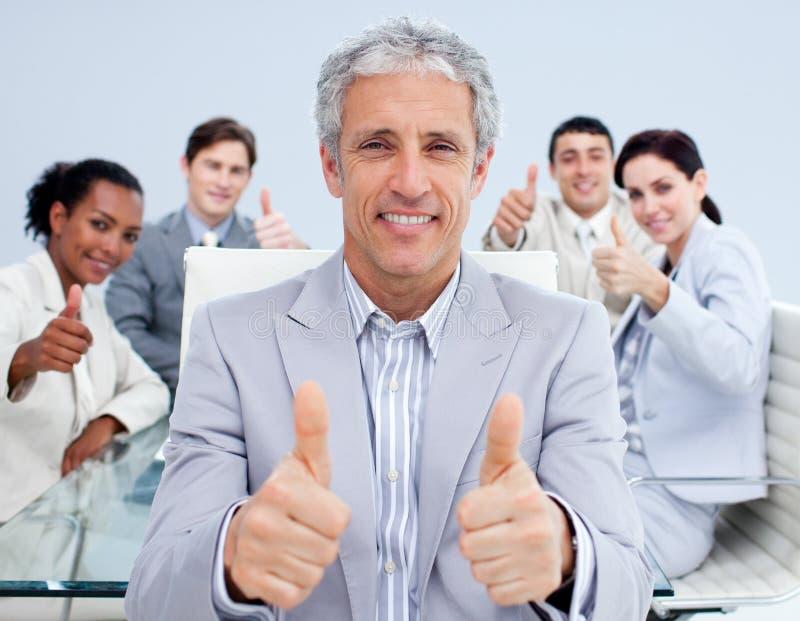 庆祝他的经理成熟成功小组 免版税库存照片