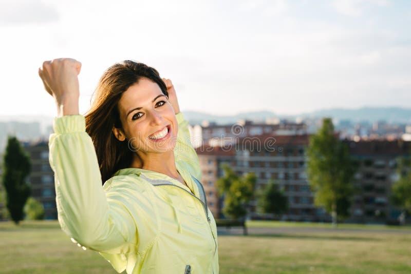 庆祝体育和健身生活方式成功和目标的妇女 免版税库存照片