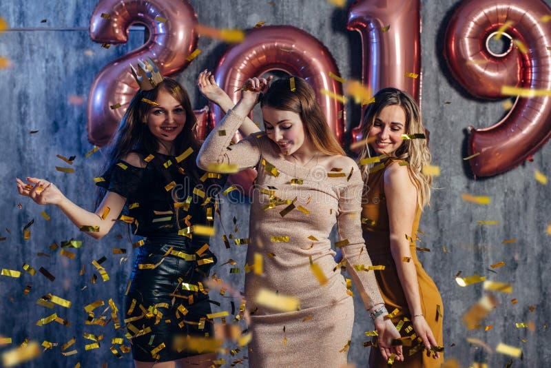 庆祝使用和跳舞的女性朋友 新年,圣诞节, xmas 库存照片