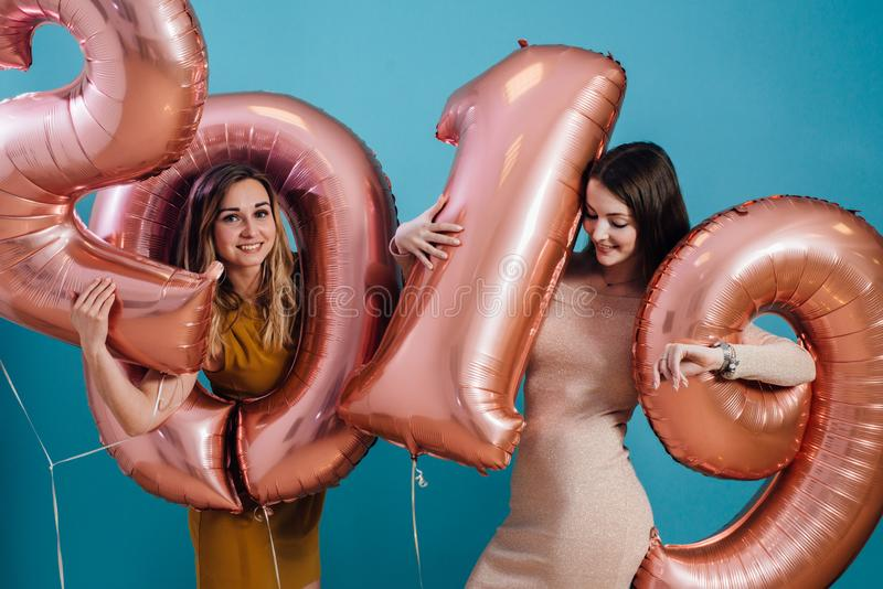 庆祝使用的美丽的年轻女人拿着气球 新年,圣诞节, xmas 免版税库存图片