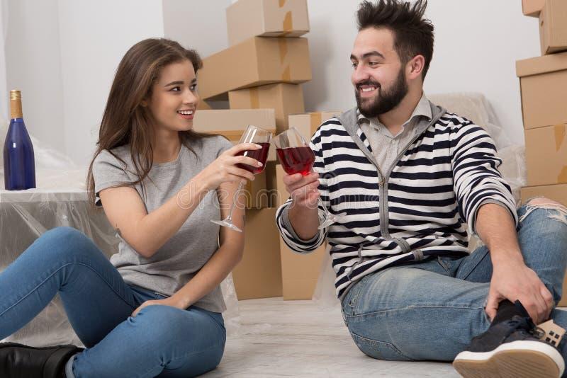 庆祝公寓购买的年轻夫妇 免版税图库摄影