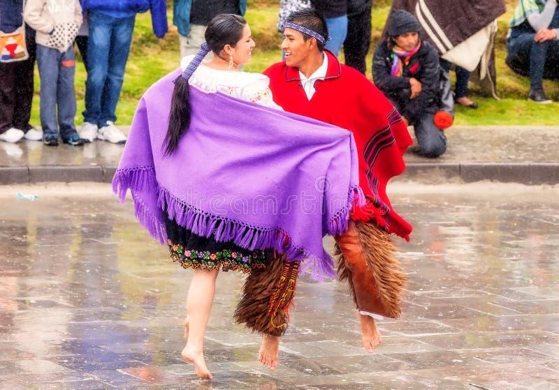 庆祝印锑秘鲁货币单位Raymi,太阳的印加人节日的未认出的土产夫妇在Ingapirca,厄瓜多尔 图库摄影