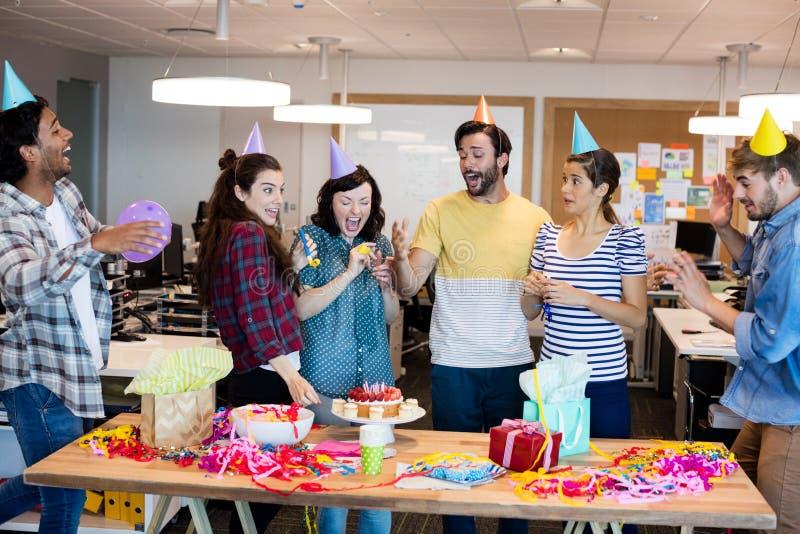 庆祝同事生日的创造性的企业队 免版税库存照片
