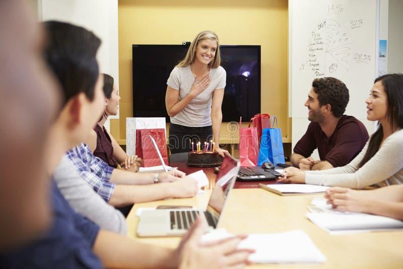 庆祝同事的生日的工作者在办公室 免版税库存图片
