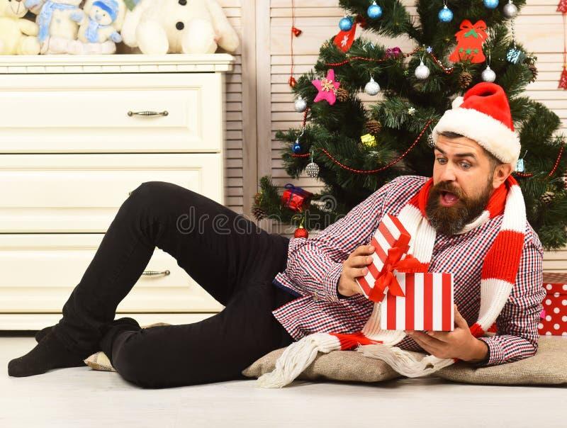 庆祝和新年礼物概念 与惊奇的面孔的圣诞老人 库存图片