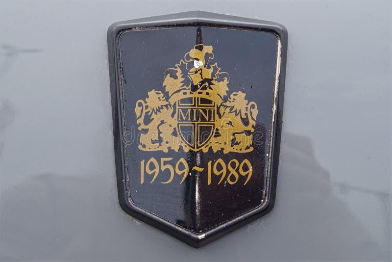 庆祝品牌的30年的一枚独特的微型木桶匠汽车商标徽章的照片 库存图片