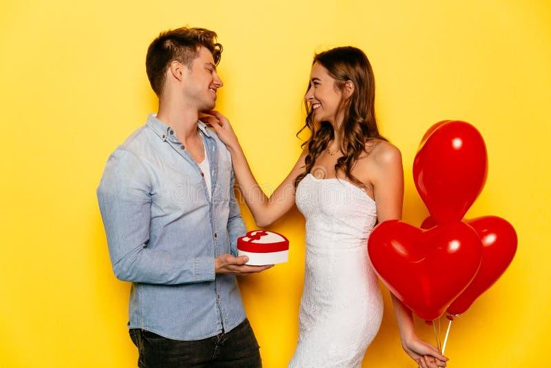 庆祝圣华伦泰` s天的愉快的夫妇 免版税库存图片