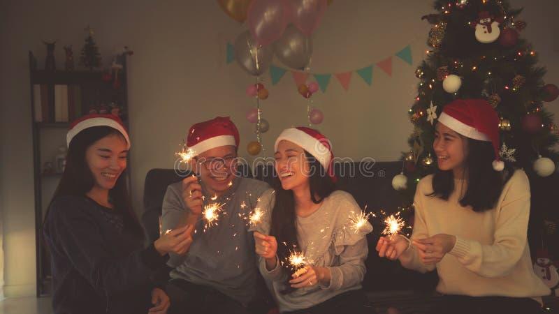庆祝圣诞派对的小组年轻人 库存图片