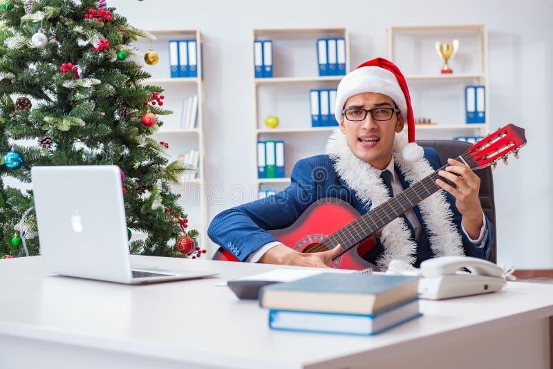 庆祝圣诞节假日的商人在办公室 库存图片