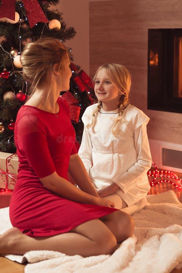 庆祝圣诞节女儿母亲 库存照片