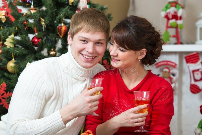 庆祝圣诞节或新年的愉快的年轻夫妇 库存照片