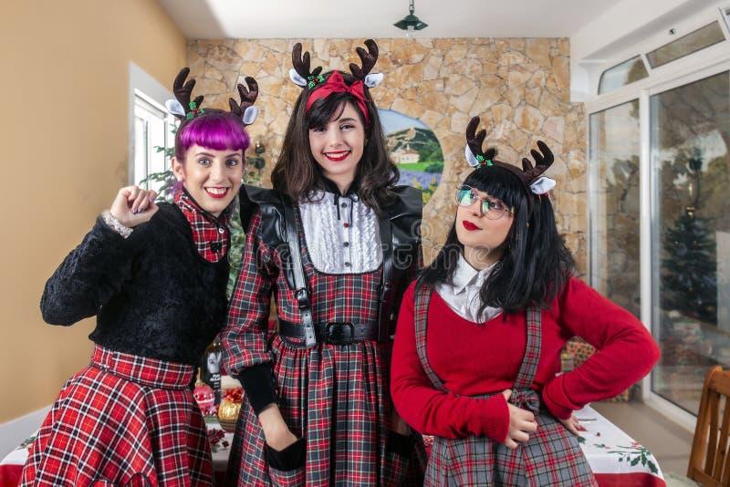 庆祝圣诞节精神的小组朋友 免版税库存照片