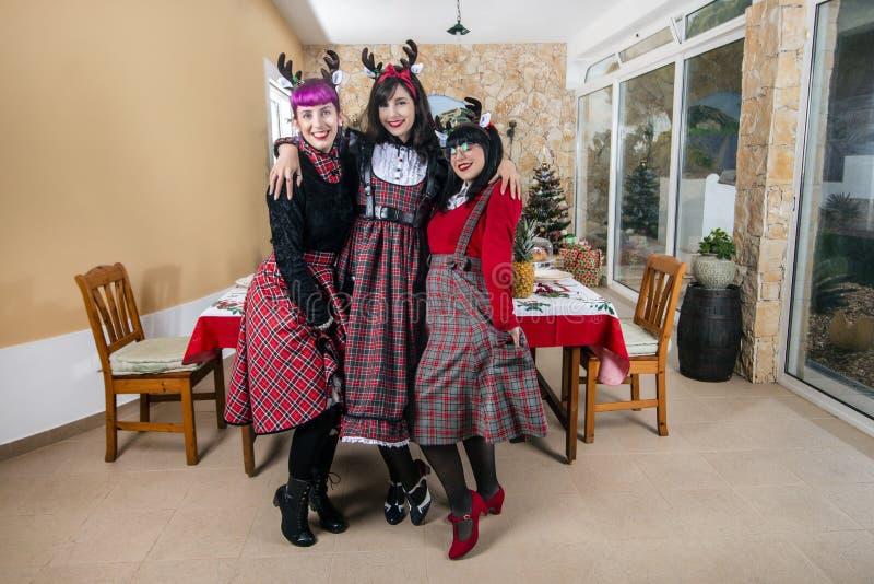 庆祝圣诞节精神的小组朋友 图库摄影